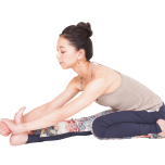伸ばす脚の前腿にある大腿四頭筋を意識。ここをしっかり縮めることで腿裏がゆるみ、脚がしなやかに伸びます。下半身が安定し、骨盤から深く上体を倒せるように。