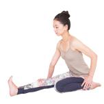 割座で右脚を伸ばし、足首を曲げてつま先を立てる。左手で左鼠蹊部を押さえて左坐骨が浮かないようにし、右手は床を押して体を中心に保つ。