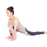 右足の内側に両手をおき、上体を軽く前傾させて8秒キープ。