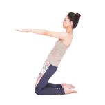 上体を後ろに倒し、腿裏に負荷がかかるのを感じながら5秒キープ。なお、この体の倒れ方はウシュトラーサナでやりがちなNGなので、ポーズ時はこうならないように気をつけて。