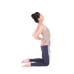 壁の前に膝立ちになり、足を腰幅に開いて太腿の前から胸までを壁にぴったり押しつける。両手の指先を下に向けて腰の後ろに当て、胸を開く。前腿と鼠蹊部を壁につけ、腸腰筋を使って下半身を安定させながら後屈。5秒