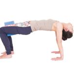お尻を上げて中臀筋を鍛え、前面が伸びる姿勢づくり。