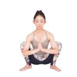 合掌して肘を押す動きで、脇の下に力が入るところが前鋸筋。位置を確認し、筋肉が働く感覚を身に付けます。前から見たとき