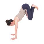 右足も壁に上げて、左足に揃える。手のひらで床を押し、肩甲骨を左右に開いて5秒キープ。