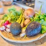 ハワイの新鮮な食材。色鮮やかな野菜が並べられています。