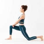 背面で腕を組むと肩甲骨を寄せやすくなり、広背筋への刺激が深まって背中が引き締まる