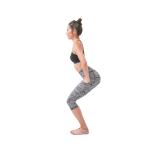 [「体を反らす」がラクにできる!後屈が深まるヨガ前筋トレとは]ターダーサナで立ち、股関節を後ろに引きながら膝を曲げていく