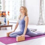 ダウンドッグの姿勢から、息を吐いて右膝を右手の前方につく。右足が左腰の延長線上に並ぶようにずらして、すねをマットにつける。息を吸って両手をブロック(体の両脇に置いておく)におき、股関節が外側にずれない