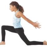 大きく息を吸い、右脚を上げて後ろに伸ばす。息を吐きながら右足を両手の間に一歩踏み出す。この時、必ず膝がかかとの上にくるようにする。吸う息で上半身を上に引き上げ、両腕を空に向かって翼のように上げながら、