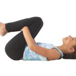 仰向けになり、腕と脚を伸ばす。息を吐きながら両膝を胸に近づけて、両手で膝の下を抱える。背中全体をマットに押しつけ、自分を強く抱きしめよう。そして大きくて勇敢な今日の自分に感謝しよう。練習が終わっても覚