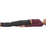 両足を床に下ろしたら、真っすぐに伸ばす。足先は楽に左右に開こう。背中の力も抜いて、両腕は手のひらを上に向けて体の横に伸ばす。快適であれば目を閉じて、ひたすらリラックスしよう。全身を完全にマットにあずけ