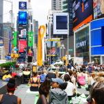 ニューヨークタイムズスクエアに集まる世界中のヨギー