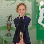 神経芽細胞腫から寛解する間、ヨガプラクティスを続けた10歳のジュリア・デイヴィッドソン 写真:クリスティーナ・ドハティ