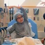 エメー・デルーナは治療を続けながら、乳がんを克服したピン・チャオと一緒にヨガプラクティスをしています