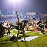 神宮球場で1000人規模のナイトヨガを主催。厚生労働省がヨガに期待すること