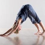 バンザイするとき腕を上げづらい人必見!背中をゆるめる30秒ストレッチ