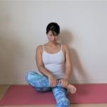 脚を使って前腿の筋肉をほぐす