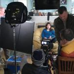 アイオワ州にある自宅で「タイガーキング: ブリーダーは虎より強者?!」のためのインタビューを撮影中のバーバラ・フィッシャー 写真:アサ・フィッシャー