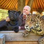 飼っているジャガーのオンカとインカとポーズを取るドク・アントル  写真:ドク・アントルのプライベート・コレクション