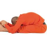 ●ポイント:かかとで床を押す。息を吸うごとに背中を伸ばし、吐くたびに足の付け根から前屈を深める。