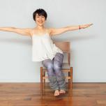 体重を右にのせて左の腹筋を縮め、お尻を浮かして3呼吸キープ。両手は床と平行を保つ。反対側も同様に。