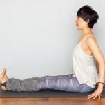 両脚を伸ばして座る。両手をお尻の横におき、骨盤を立て、背筋を伸ばす。視線は前方へ向ける。