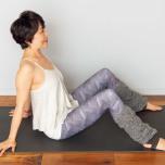 両膝を立てて座り、両脚は腰幅よりやや広めに開く。両手は体の後ろにつく。