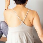 息を吸うときは、ねじったのとは反対の肩甲骨側に息を入れるつもりで、背中をしっかり膨らませて。