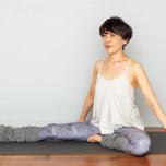 左膝を外に倒し、つま先を右脚の鼠蹊部につけて左の股関節を開く。両手で床を押して胸を開く。