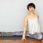 体をしっかりと左にねじり、両手は体を挟むように前後につく。