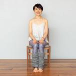 両脚を揃えて椅子に座る。足裏を床につき、骨盤を立て、背筋を伸ばす。両手は楽な位置に。