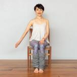 右腕は伸ばした状態で内側に回しながら後ろに引き、手のひらを後ろに向ける。