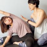 「猫背になりやすく、肩がこるのが悩み」というスタジオ・ヨギーのスタッフ、山本さん。今回のねじりヨガに挑戦したところ、こんなに姿勢が整いました!