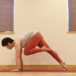 腿の付け根から曲げることを意識して、腿をお腹に近付けます。