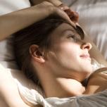 【寝たままOKヨガ動画】寝起きのだるさ・背中や腰のこり・頭痛の原因と改善方法