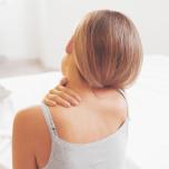 寝たまま5分!慢性的な肩こり・背中こりを解消するヨガポーズ【ヨガ動画】
