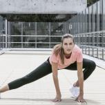 デスクワーク女子は股関節が硬い!?柔軟性を高める片足立ちの開脚レッスン