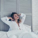 朝型生活にシフトしたい女子必見。起きたてのだるい体が目覚める1分ポーズ