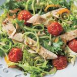 麺の代わりに茎を活用!ブロッコリーヌードルのチキンサラダ ヨギのヘルシーレシピ