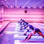 体幹を集中的に強化! マンハッタンで人気のフローティング・ヨガ