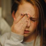 テレビやPC、スマホの見過ぎで疲れた目・頭・首の簡単ケア方法とヨガ動画