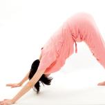 人気ヨガ講師が実践 ダウンドッグで簡単に後ろ重心をマスターする方法2つ