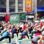 【NY最大の名物ヨガイベント】夏至に開催、タイムズスクエア無料ヨガイベントを体験レポート!