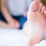 寝る前5分のある習慣で脚のむくみが解消!ベッドの中でできる簡単3ステップ
