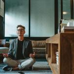 あぐらで座らないとダメ?始めたばかりの瞑想、素朴な疑問4つ