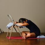 椅子を使ったヨガで不眠症状を解消しよう。人気ヨガ講師ロドニー・リーのリストラティブヨガ