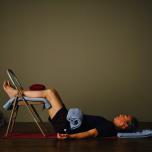椅子を使ったヨガで不眠症状を解消しよう。人気ヨガ講師ロドニー・リーのリストラティブヨガ実践