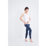 股関節に触れる女性